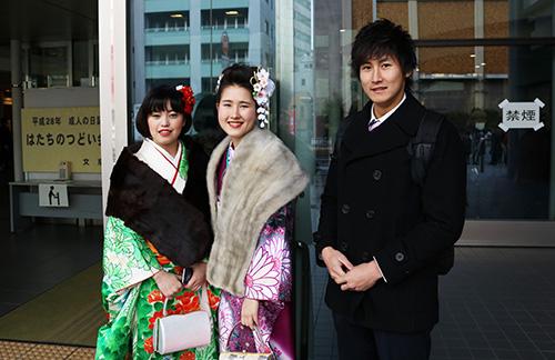 振袖の女性2人とスーツの男性