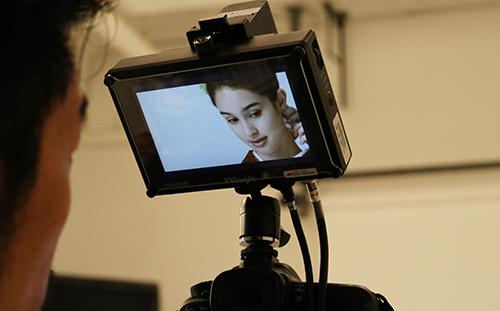 カメラに映る着物モデル