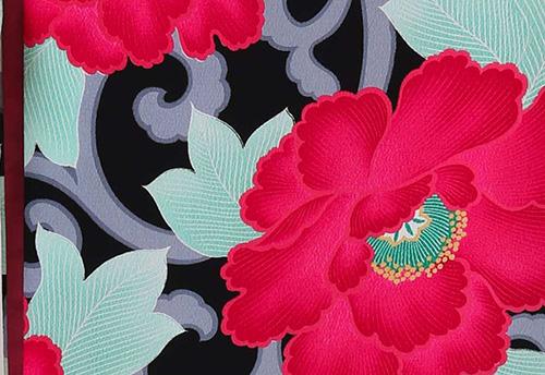 牡丹の花と唐草文様