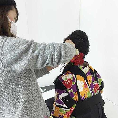 髪飾りをセット中のモデル
