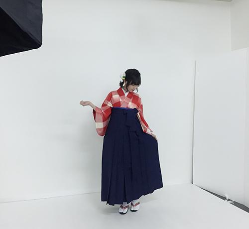 ポージングをする袴を着たモデル