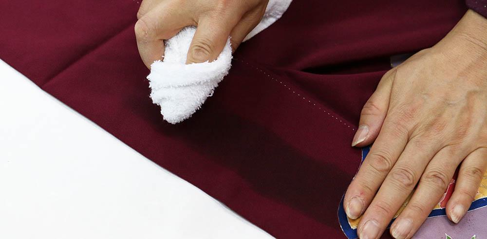 着物の染みになった部分をベンジンで拭く