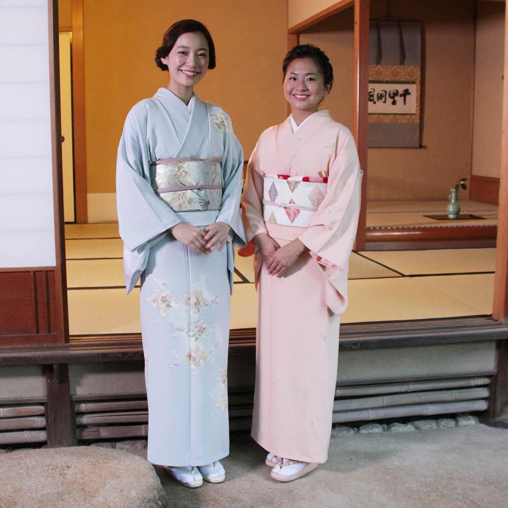 着物姿の阿久津さんと小堀さん茶室の前で
