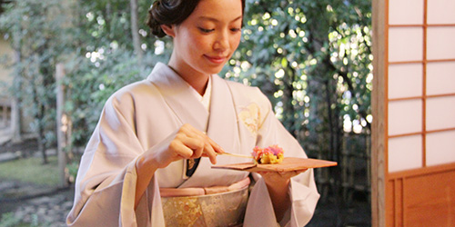 茶菓子を食べる着物姿の阿久津ゆりえさん