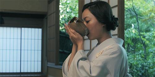 お茶をいただく阿久津さん