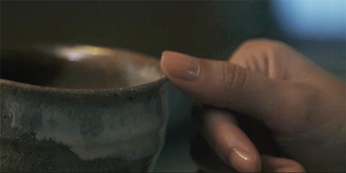 茶碗の口をそっとなぞる