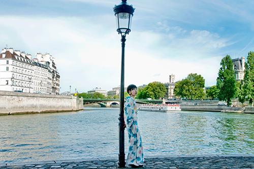 中村麻美 パリにて 着物で立ち姿