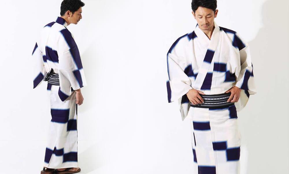 おすすめメンズ浴衣レンタル_白地に紺色の四角模様_モデル着用_動き