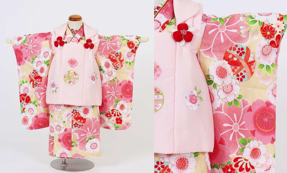 おすすめ七五三(三歳)レンタル | 鞠と花々・水色・赤・クリーム色_クリーム色とピンクの桜 ピンクの被布