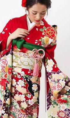 おすすめ振袖レンタル | 赤地に豪華絢爛な花模様と吉祥